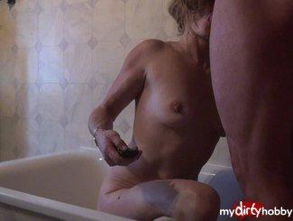 hier ist Teil 2 von dem Clip, ich knie in der Badewanne und blase genüsslich seinen geilen Schwanz...hoffe, dir gefaellt, was du siehst, teil 3 folgt...Küssli gabriella